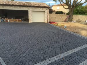black-granite-driveway-with-silver-grey-border-blocks-in-size-100x100x50