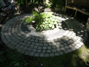dark-grey-100x100x50-bush-hammered-top-rest-natural-split-laid-in-circular-pattern