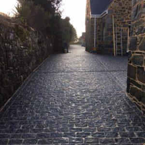 wet-dark-grey-granite-setts-in-size-200x100x100