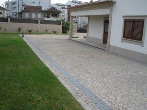 yellow-gold-granite-patio-with-black-granite-border